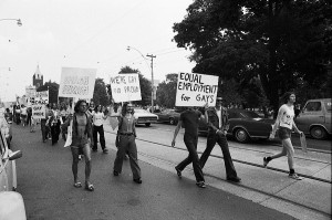 Pride march, Toronto, 1974, http://www.onthebookshelves.com/allangardens6.jpg, consultée le 1er mars 2015